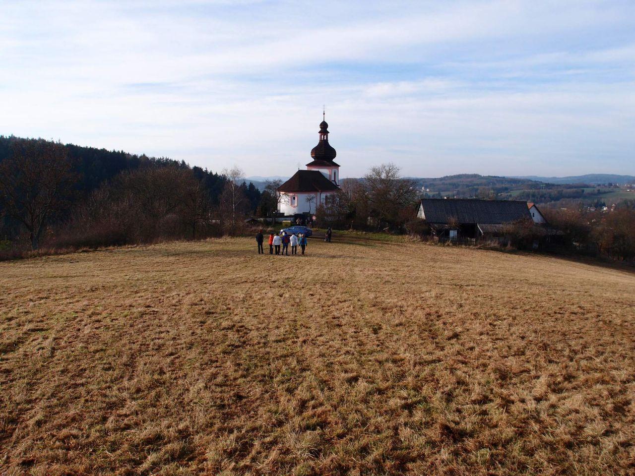 Štědrodenní výšlap ke kostelíku na Hradišti a přípitek na mostě 1